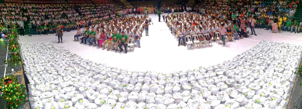 Elderly and street sweepers  from Pasay receive gifts on 6th day of PAGCOR's Pamaskong Handog
