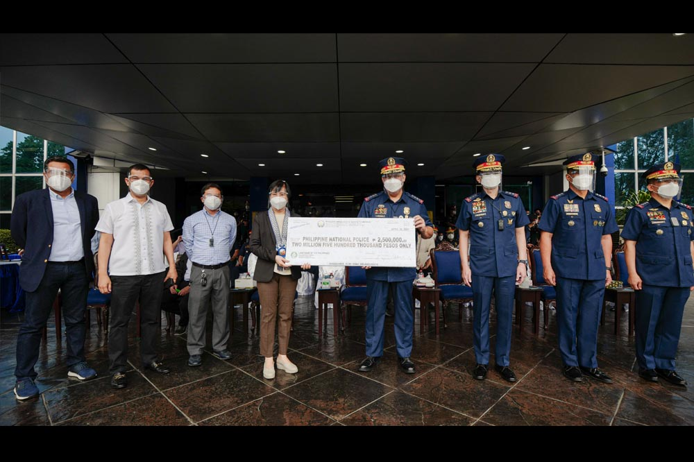 Pagcor turns over P2.5M Covid-19 response grant to PNP
