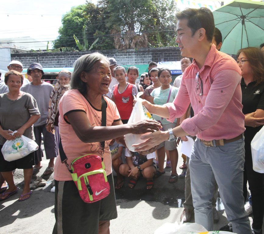 Parañaque fire victims receive assistance from PAGCOR